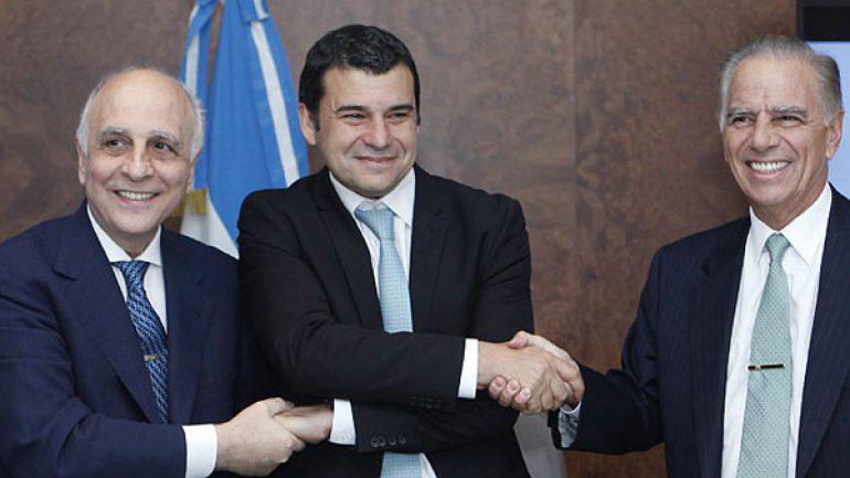 Miguel Galuccio, ex presidente de YPF, con Carlos y Alejandro Bulgheroni.